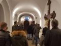 08.Prisutni nisu mogli stati u crkvu pa su stojali u hodniku