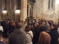 14.Vjernici stojeći prate sadržaje u svetištu