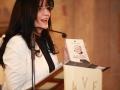 20.Voditeljica Tanja pokazuje novoizašlu knjigu o. Vjenceslava
