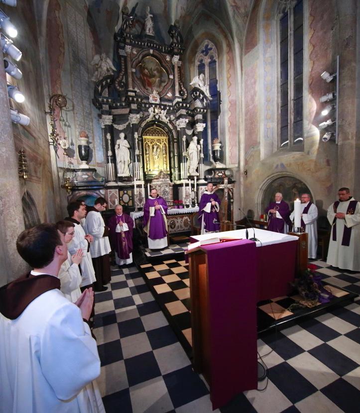 001.Sv. misu u koncelebraciji s drugim svećenicima predslavi o. Srećko Rimac
